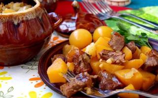 жаркое в горшочках с говядиной и картошкой
