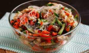 салат с фунчозой и курицей и овощами
