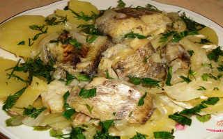 картошка с рыбой на сковороде