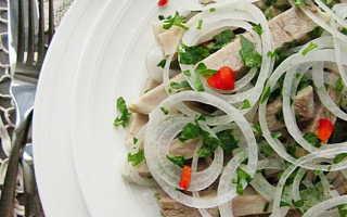 салат из свинины и маринованного лука