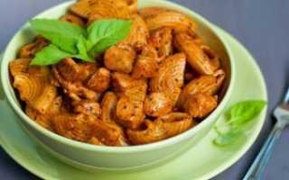курица с макаронами на сковороде